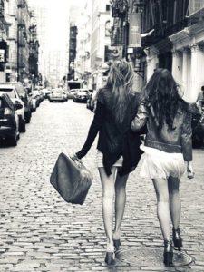 amiche che fanno shopping